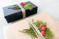 Inpackning av julgåvor i återanvänt papper i lantlig stil Xmas-gåvaaskar med hantverkpapper royaltyfria foton