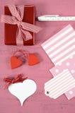Inpackning av lyckliga valentindaggåvor Fotografering för Bildbyråer