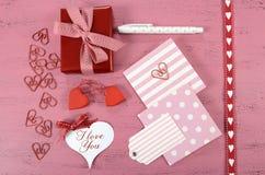 Inpackning av lyckliga valentindaggåvor Arkivbild