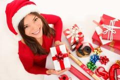 inpackning för julgåvaflicka arkivfoton