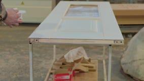 Inpakkend houten deur voor transportationwooden deur productieproces productie van binnenlandse deuren van hout stock video