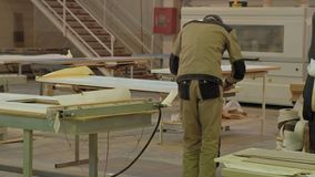 Inpakkend houten deur voor transportationwooden deur productieproces productie van binnenlandse deuren van hout stock footage