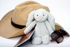 Inpakkend voor vakantie/vakantie - sunhat, zacht stuk speelgoed, zonnebril en paspoort Royalty-vrije Stock Foto