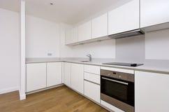Inpassat kök för samtida fullständigt i vit Royaltyfria Foton