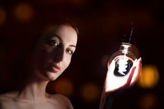 inpirationen för idéer för fisheye för kulabegreppseffekt isolerade den ljusa vita kvinnan Royaltyfri Foto