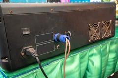 Input/Output Platte auf der Rückseite eines angetriebenen Mischers lizenzfreie stockfotos