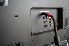 Input/Output Platte auf der Rückseite eines LCD-/LED-Fernsehens stockfotos