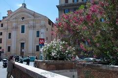 Input van de metro van Rome met een kerk op de achtergrond Stock Foto