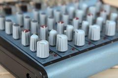 Inputkompakter Audiomischer mit EFX Schärfe auf dem nahen Regler Stockbild