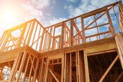 Inquadramento domestico nuovo dell'edilizia residenziale contro un cielo blu Immagine Stock