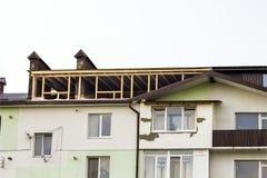 Inquadramento domestico nuovo dell'edilizia residenziale Inquadratura del tetto della a Fotografia Stock