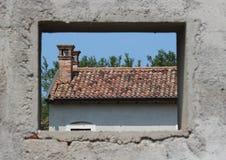 Inquadratura di finestra una casa dell'azienda agricola di abbandono Fotografie Stock Libere da Diritti