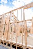 Inquadratura in nuovi costruzione e cielo blu domestici Fotografie Stock