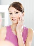 Inquietação da mulher de sua pele bonita na face fotos de stock royalty free
