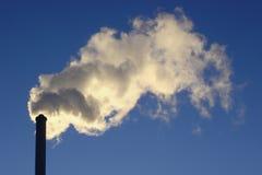 Inquinamento ambientale, fumo bianco dal camino Immagini Stock