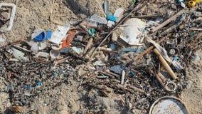 Inquinamento ambientale Spiaggie di sabbia inquinanti con i pezzi di spreco di plastica Micro detriti della plastica sulla spiagg stock footage
