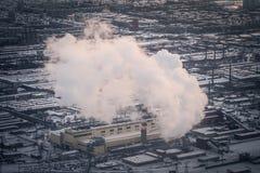 Inquinamento atmosferico da fumo che esce da due camini della fabbrica Fotografie Stock