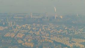 Inquinamento atmosferico da fumo che esce da due camini della fabbrica Zona industriale nella città archivi video