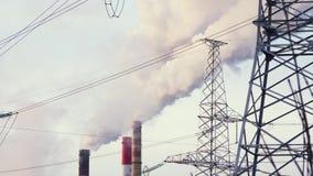 Inquinamento atmosferico dagli impianti industriali Grande pianta sui precedenti della città Tubi che gettano fumo nei cavi del c archivi video