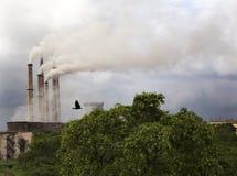 Inquinamento atmosferico dalla centrale elettrica termica Fotografie Stock Libere da Diritti