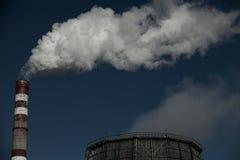 Inquinamento atmosferico Emissioni nocive Ecologia difettosa Fumo dal fumo sporco sul cielo, problemi del tubo della fabbrica di  fotografia stock libera da diritti