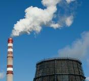 Inquinamento atmosferico Emissioni nocive Ecologia difettosa Fumo dal fumo sporco sul cielo, problemi del tubo della fabbrica di  fotografia stock