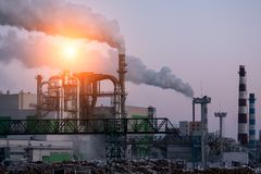 Inquinamento atmosferico nella città Fumo dal camino sul fondo del cielo blu immagini stock libere da diritti
