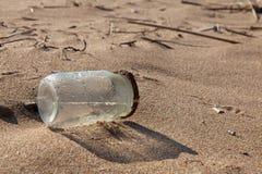 Inquinamento - barattolo sulla spiaggia Fotografie Stock Libere da Diritti