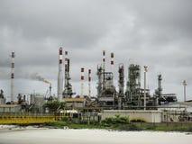 Inquinamento dalla vecchia pianta di raffineria del gas & del petrolio immagine stock
