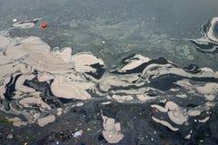 Inquinamento del fiume in Cina immagini stock