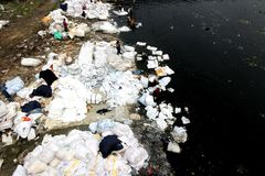 Inquinamento del fiume di Turag a Tongi fotografia stock
