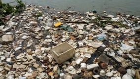 Inquinamento di plastica in acqua immagine stock libera da diritti
