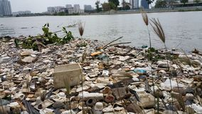 Inquinamento di plastica in acqua fotografie stock libere da diritti