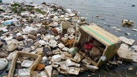 Inquinamento di plastica in acqua fotografia stock libera da diritti