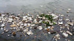 Inquinamento di plastica in acqua fotografia stock