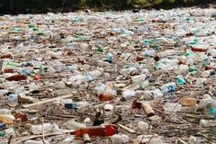Inquinamento di plastica della bottiglia fotografia stock