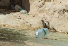 Inquinamento di plastica della bottiglia in Nahal David in Israele fotografia stock