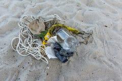 Inquinamento di plastica su una riva sabbiosa Fotografie Stock Libere da Diritti