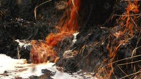 Inquinamento e contaminazione dell'acqua di fiume dalle acque luride della fabbrica di industria chimica video d archivio