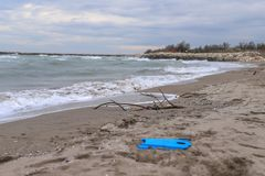 inquinamento e distruzione del problema ambientale del pianeta Concetto di ecologia plastica sulla spiaggia Immondizia rovesciata fotografie stock libere da diritti