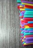 Inquinamento monouso a schermo pieno colourful bevente del fondo della plastica delle paglie della paglia Fotografia Stock