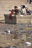 Inquinamento nel fiume santo Ganges - India fotografia stock