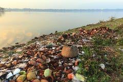 Inquinamento sulla riva del lago fotografia stock