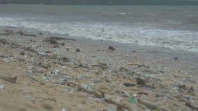 Inquinamento sulla spiaggia del mare tropicale, piena di immondizia, disastro ecologico, catastrofe in Indonesia stock footage