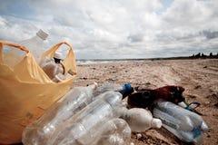 Inquinamento sulle latte della plastica del â della spiaggia Fotografia Stock