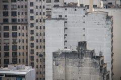 Inquinamento sulle vecchie costruzioni invecchiate della megalopoli Immagine Stock Libera da Diritti