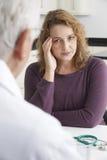 Inquiété plus la réunion de femme de taille avec docteur In Surgery Photo libre de droits