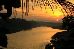 Inrama den tropiska floden för solnedgång royaltyfri bild