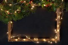 Inrama med den julljus och dekoren på svart med copyspace Royaltyfri Fotografi
