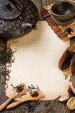 Inrama med pappers- och torkad svart tea för tappning arkivfoto